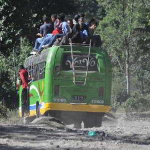 autobus w Nepalu to prawdziwa przygoda na trampingu