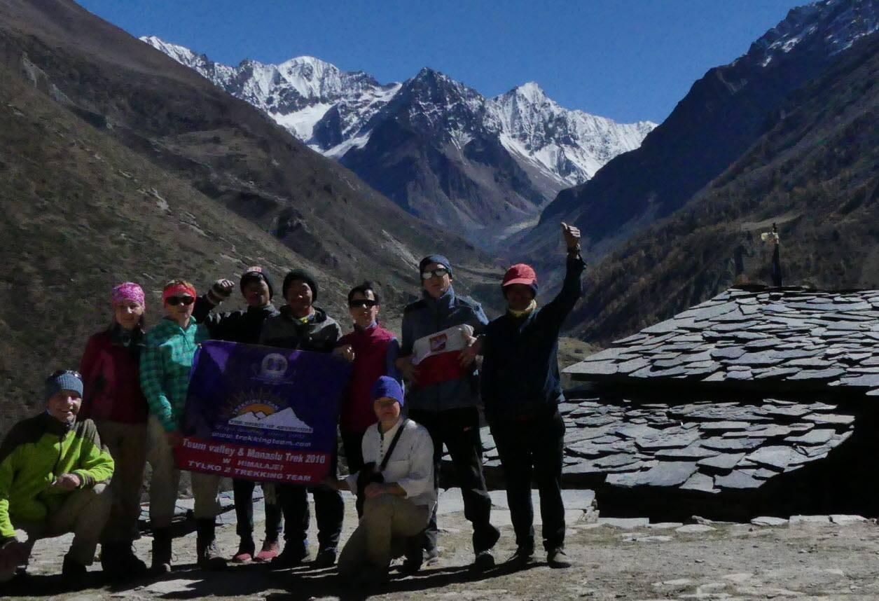 grupa na trekkingu dookoła manaslu