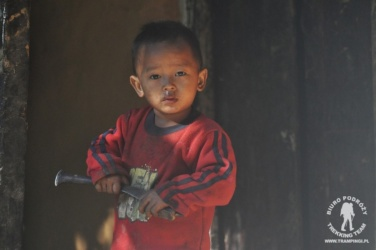 dziecko z nożem Kukri