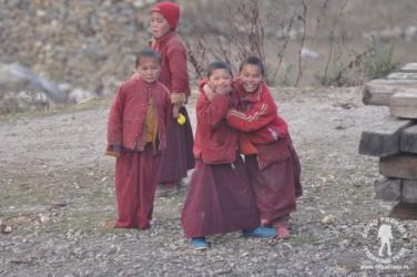 młodzi mnisi w Lho