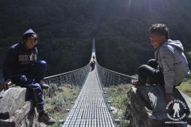 wiszący most w Himalajach