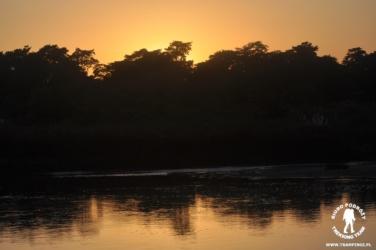 Zachód słońca nad rzeką Rapti, Chitwan, Nepal