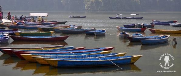 Łódki na jeziorze Phewa w Pokharze, Nepal